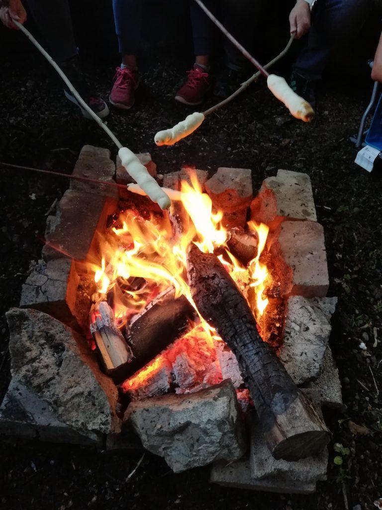 Sommerwochenende Steckerlbrot Lagerfeuer